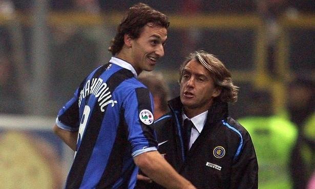 Mancini (phải) từng làm thầy của Ibrahimovic trong hai năm, từ 2006 đến 2008. Ảnh: AFP.