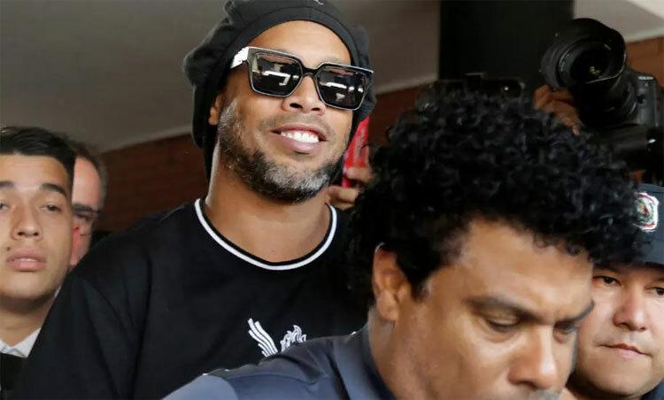 Ronaldinho đang chờ ra tòa. Ảnh: Reuters.