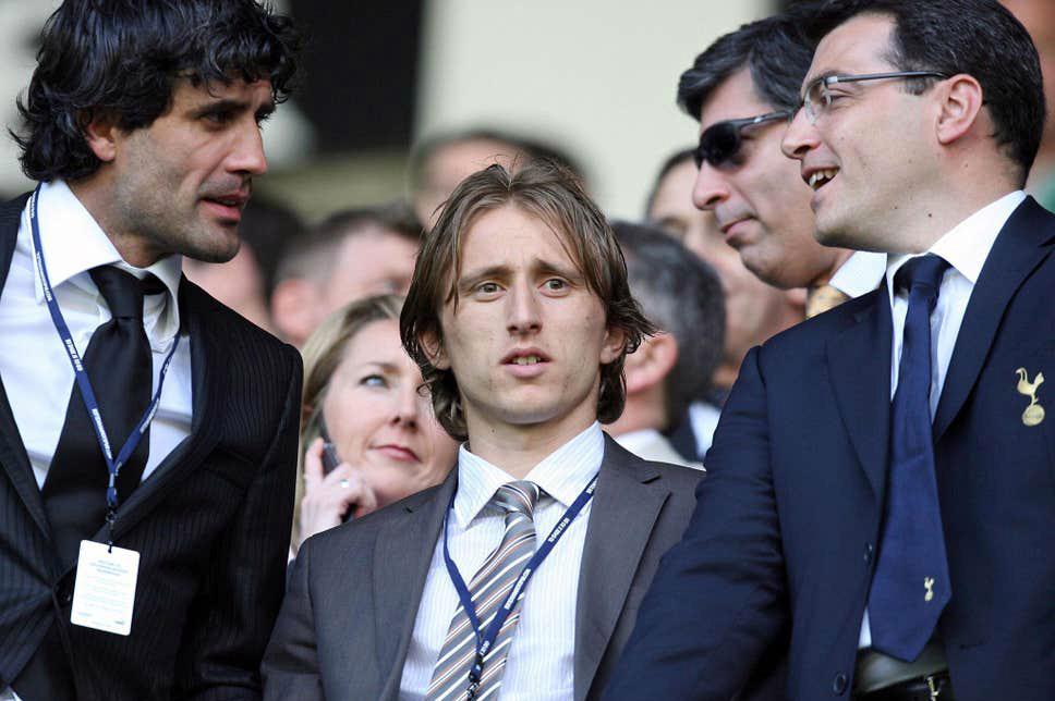 Comolli (phải) bên cạnh Luka Modric - hợp đồng thành công bậc nhất của ông. Ảnh: AFP.