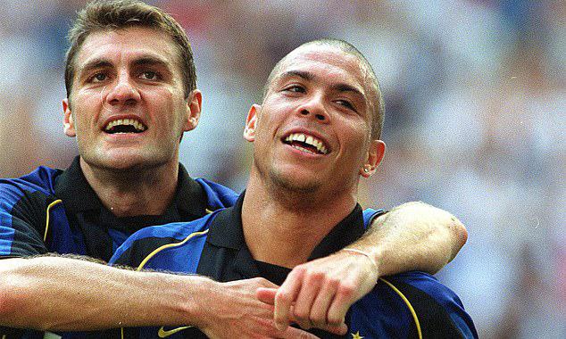 Vieri (trái) thuở là đồng đội của Ronaldo ở Inter. Ảnh: PA.