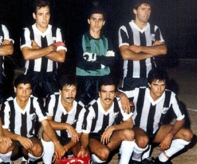 Mourinho (hàng dưới, bên phải) trong màu áoComercio E Industria năm 1987.