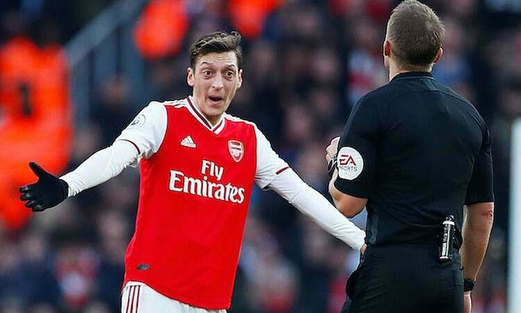 Ozil được cho là một trong ba cầu thủ không chấp nhận đề nghị giảm lương của CLB. Ảnh: Reuters.
