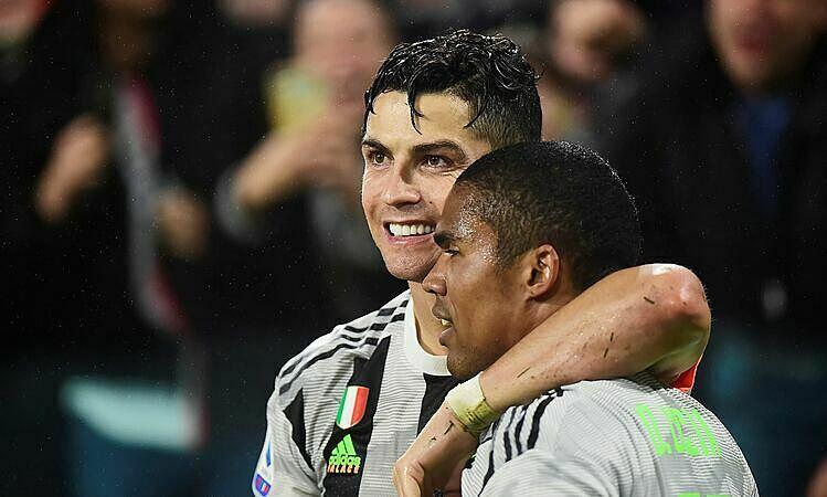 Costa (phải) từng nhiều lần khen ngợi thể chất của Ronaldo. Ảnh: Reuters.