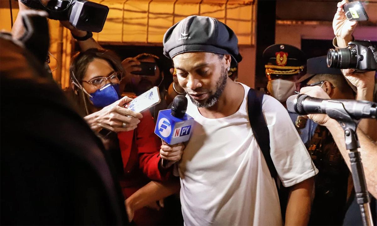 Ronaldinho hiện được tại ngoại trong một khách sạn bốn sao. Ảnh: EPA.