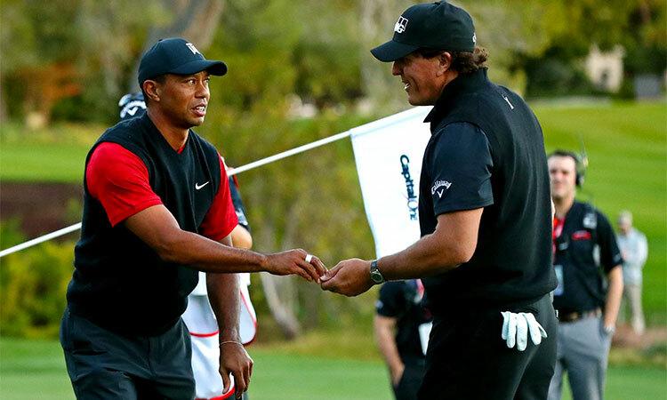 Tiger Woods và Phil Mickelson trong lần so tài ở Las Vegas năm 2018. Ảnh: Reuters.