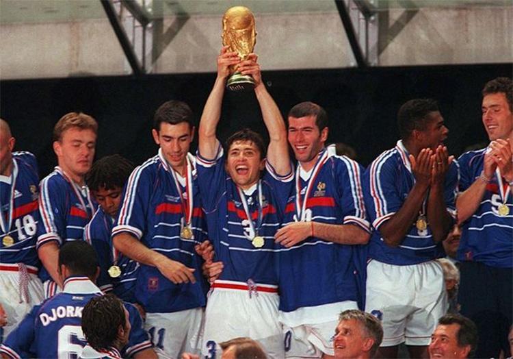 Lizarazu (nâng Cup) sát cánh cùng Zidane trong hành trình chinh phục World Cup 1998. Ảnh: Sipa