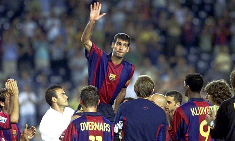 Guardiola chào từ biệt khán giả Barca trong trận cuối cùng, ngày 21/6/2001. Ảnh: Marca.