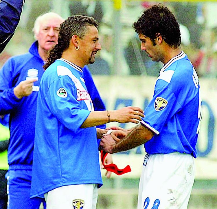 Guardiola nhường băng thủ quân lại cho Baggio trong trận tiếp Fiorentina tháng 4/2002. Ảnh: Corriere della Sera.