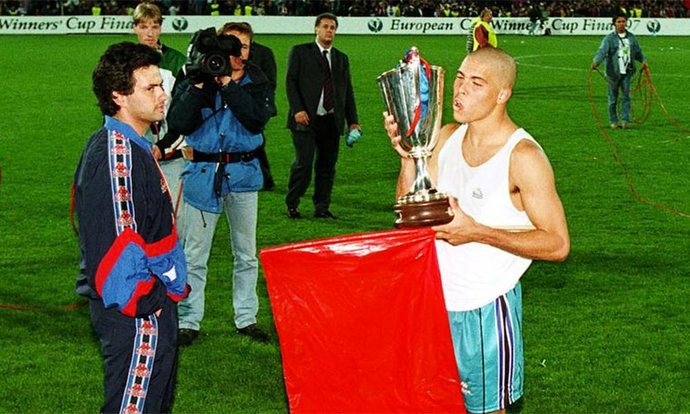 Mourinho chứng kiến Ronaldo mừng Cup C2 trong mùa giải duy nhất tiền đạo này khoác áo Barca - mùa 1996-1997. Ảnh: Action Images.