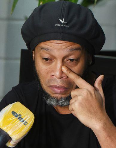 Ronaldinho đôi lần nghẹn ngào trong cuộc ghi hình phỏng vấn với ABC Color. Ảnh: ABC Color.