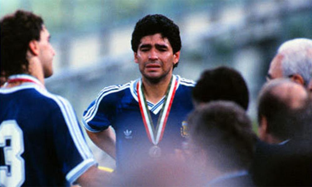 Maradona khóc tức tưởi sau khi Argentina thua trận chung kết World Cup 1990.