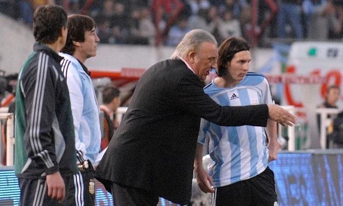 Cựu HLV Basile (giữa) chỉ dẫn Messi khi làm việc chung ở tuyển Argentina. Ảnh: NA.