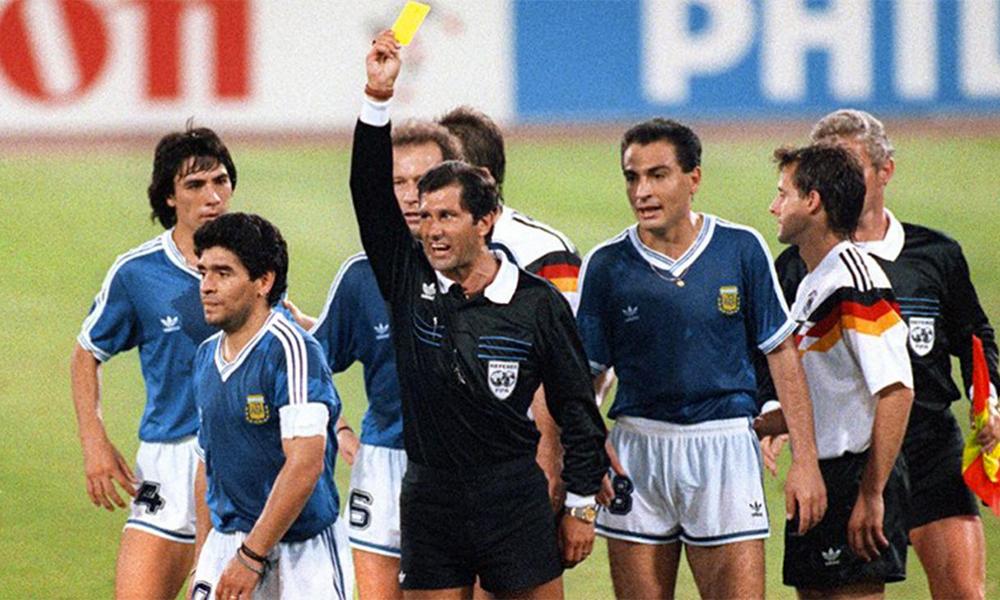 Trọng tài Codesal phạt Maradona thẻ vàng ở phút 87 trận chung kết World Cup 1990.