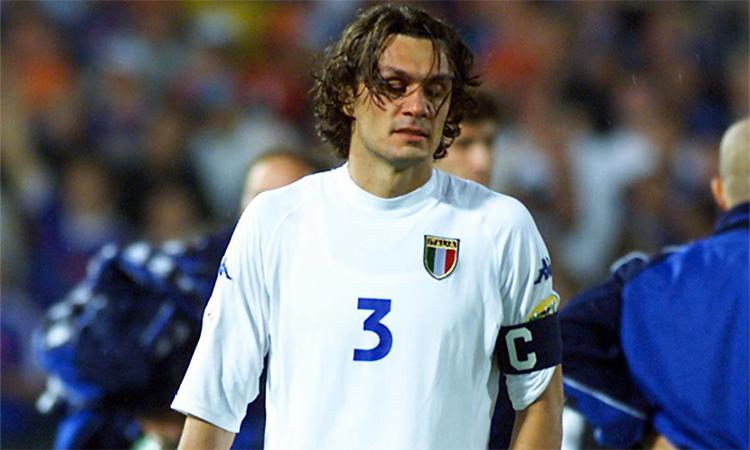 Maldini thất vọng sau khi Italy thua ngược Pháp 1-2 ở trận chung kết Euro 2000. Ảnh: Marca.