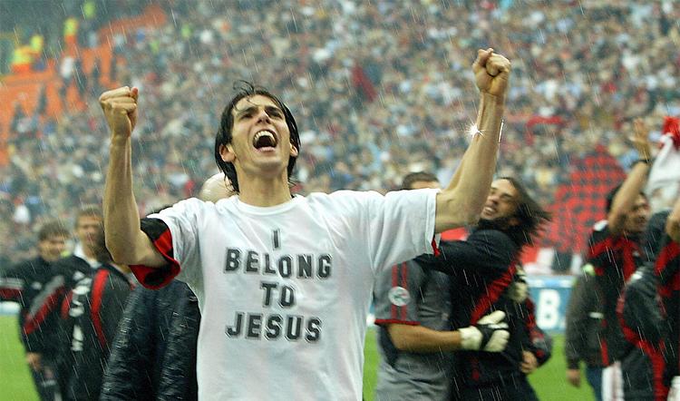 Kaka với dòng chữ Tôi thuộc về Chúa Jesus nổi tiếng trên ngực áo suốt những năm đỉnh cao cùng Milan. Ảnh: AP.