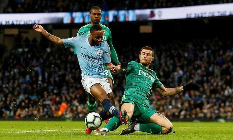 Ngoại hạng Anh sẽ trở lại nhưng chưa rõ sẽ thi đấu như thế nào. Ảnh: Reuters.