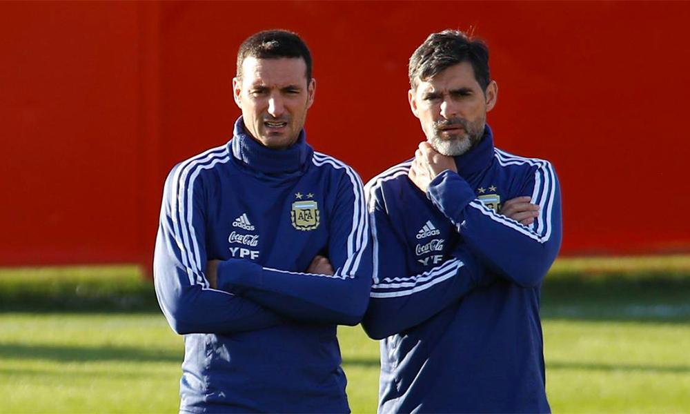 Ayala (phải) hiện là trợ lý của HLV trưởng Lionel Scaloni ở tuyển Argentina. Ảnh: EFE.