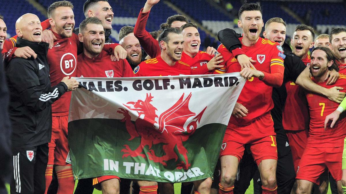 Bale mừng việc giành vé dự Euro bằng tấm biểu ngữ gây tranh cãi hồi tháng 11/2019. Ảnh: Athena Pictures.