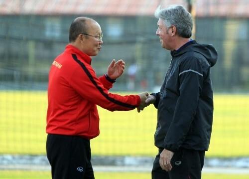 Sau khi nắm giữ các đội tuyển Việt Nam, HLV Park Hang-seo (trái) chủ yếu sử dụng nhóm trợ lý Hàn Quốc nên vai trò của Gede khá mờ nhạt.