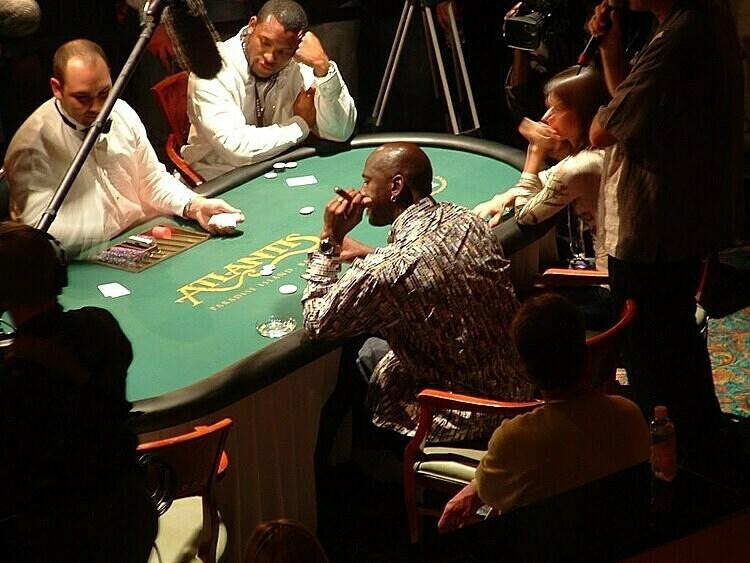Jordan (cầm xì gà) từng đặt cược tới 100.000 đôla Mỹ cho trò oẳn tù tì. Ảnh: Fadeaway World.