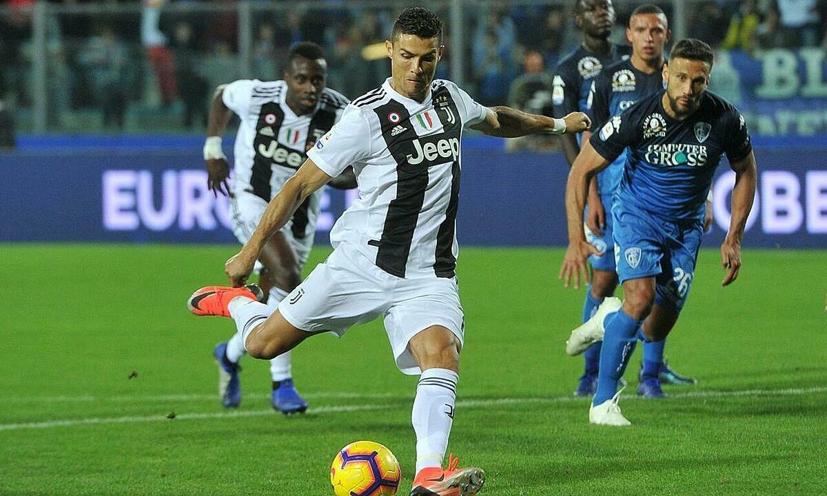 Kể từ mùa 2017-2018, Ronaldo mới ghi hai bàn từ sút xa. Ảnh: Reuters.