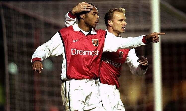 Henry cho rằng khoác áo Arsenal dễ dàng hơn ở Barca vì có Bergkamp hoặc Kanu. Ảnh: Allsport.