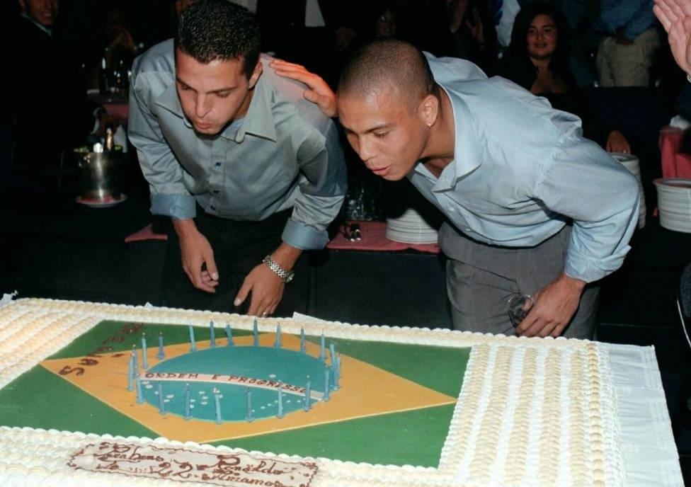 Ze Elias (trái) thổi bánh sinh nhật chung với Ronaldo. Hai người cùng sinh tháng 9/1976 nhưng Elias sinh muộn hơn một tuần. Ảnh: AS.