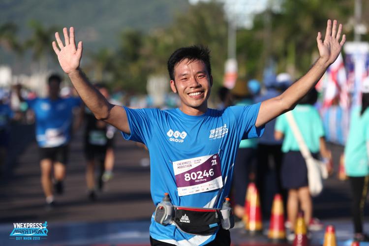 Vận động viên về đích tại VnExpress Marathon Quy Nhơn 2019.