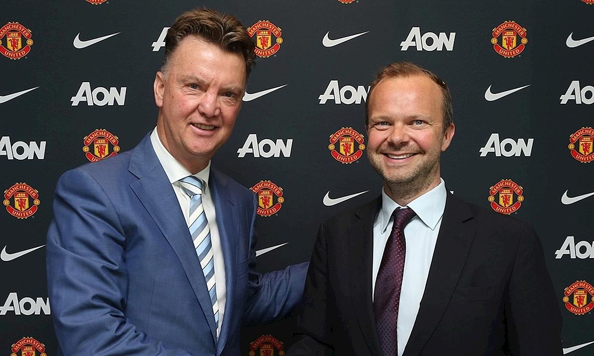 Woodward (trái) đưa Van Gaal về thay Ryan Giggs năm 2014. Ảnh: MUFC.