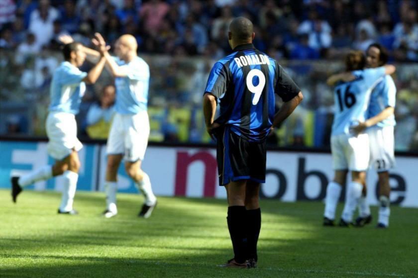 Ronaldo đứng bất động nhìn Lazio mừng chiến thắng và tước Scudetto khỏi tay Inter.