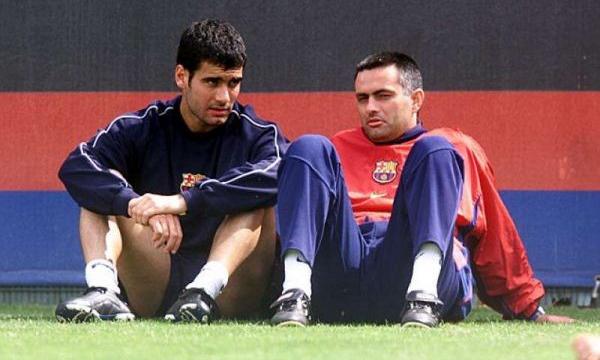 Guardiola (trái) bên cạnh Mourinho, thuở hai người cùng chung đội Barca. Ảnh: Offside.