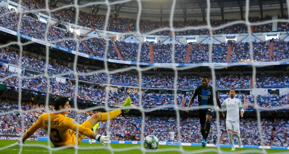 Courtois đổ người sai trong tình huống Real nhận bàn thua đầu tiên trước Brugge hôm 1/10/2019 trên sân nhà Bernabeu. Ảnh: AP.