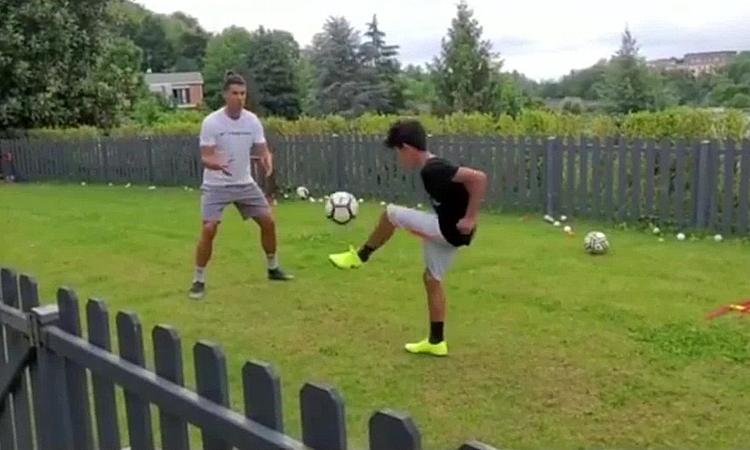 Ronaldo và con trai tập luyện trong vườn. Ảnh chụp màn hình.