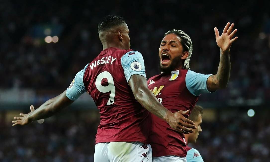 Douglas (phải) và Wesley - hai tân binh người Brazil của Aston Villa. Ảnh: Reuters.