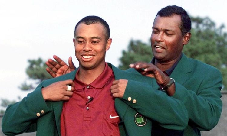 Woods nhận Green Jacket cho chức vô địch The Masters 2001. Ảnh: AFP.