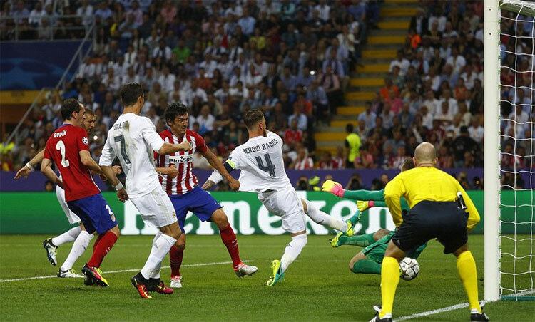 Ramos mở tỷ số cho Real trong thế việt vị. Ảnh: Reuters.