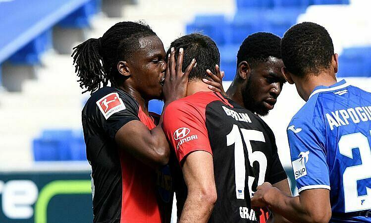 Boyata (trái) hôn đồng đội vì quá vui. Ảnh: AP.