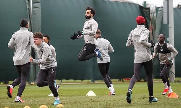 Cầu thủ Liverpool trên sân tập đóng kín. Ảnh: Reuters.