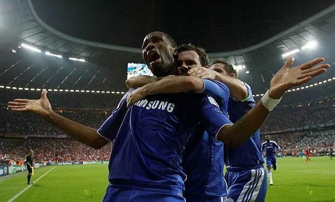 Drogba và Mata làm nên lịch sử cho Chelsea. Ảnh: Reuters.