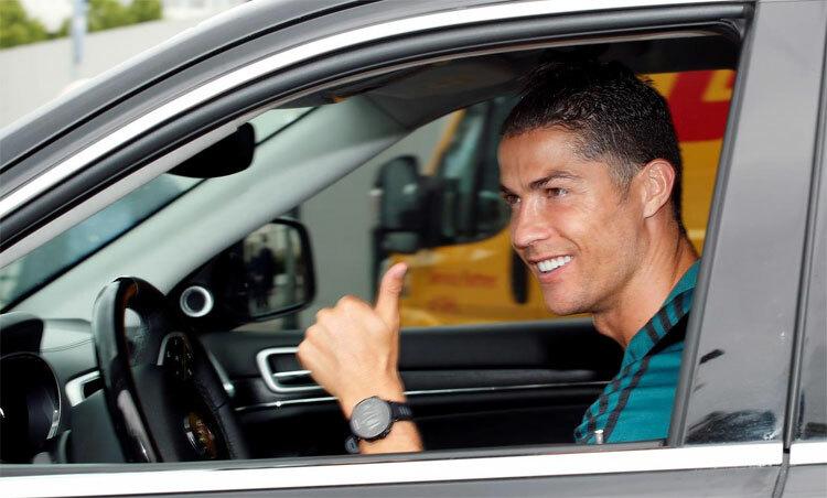 Ronaldo lái xe đến sântập của Juventus. Ảnh: Reuters.