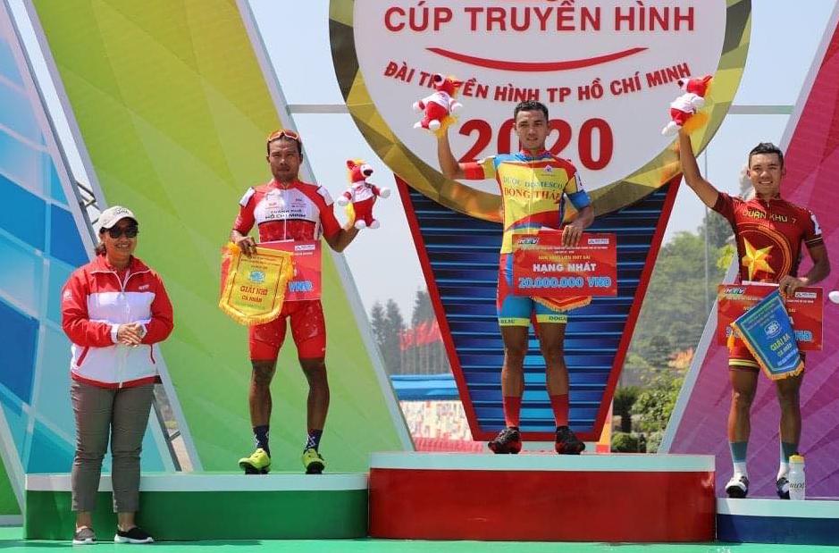 Bà Vian Pham (trái), đại diện Liên đoàn xe đạp thế giới - UCI trao giải cho các tay đua ở chặng 1. Ảnh: HTV.