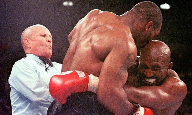 Vụ cắn tai nổi tiếng của Tyson dành cho Holyfield hồi năm 1997. Ảnh: AFP.