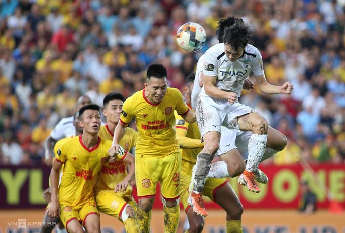 Cầu thủ Nam Định và HAGL tranh chấp trong trận hòa 2-2 trên sân Thiên Trường ngày 4/8/2019. Ảnh: Lâm Thỏa