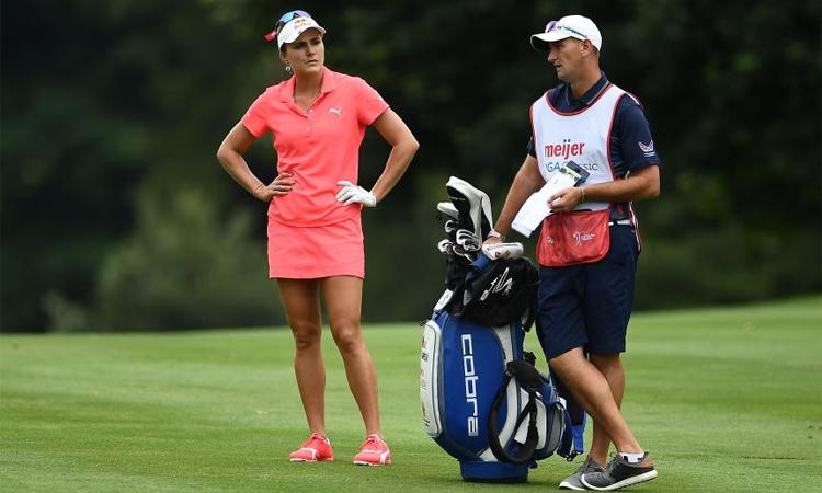 Vì quy tắc phòng dịch, các golfer nữ có thể tự mang vác bộ gậy, thay vì nhờ caddie như thông lệ. Ảnh: Golf Digest.