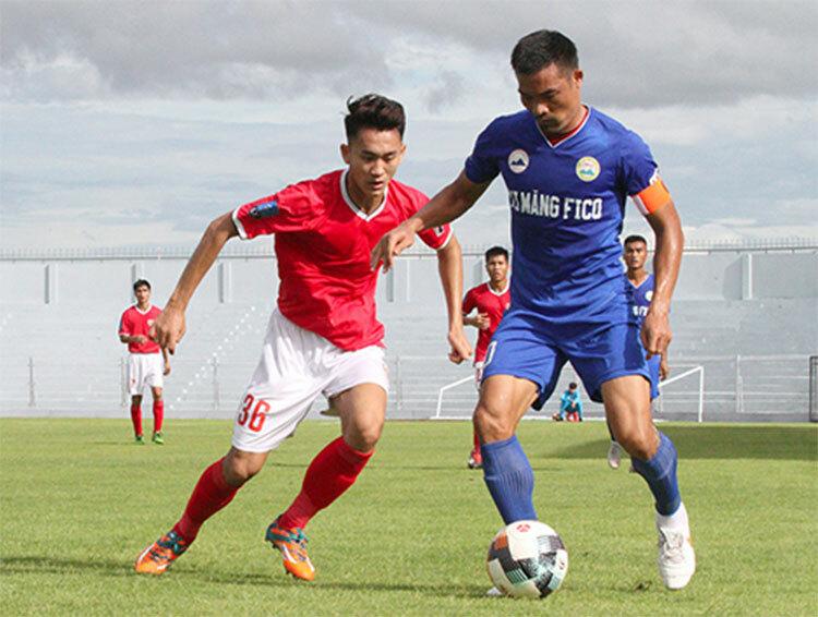 Hồng Lĩnh Hà Tĩnh (áo đỏ) từng thắng Tây Ninh (áo xanh) 1-0 trên sân Hà Tĩnh ở lượt về giải hạng Nhất 2019. Ảnh: Đức Hùng