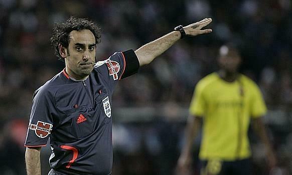 Trọng tài Iturralde ba lần bắt chính trận El Clasico. Ảnh: ABC.