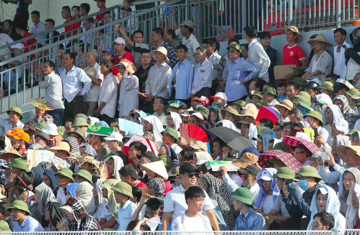 Sân Hà Tĩnh luôn đông khán giả mỗi khi đội nhà thi đấu. Ảnh: Đức Hùng