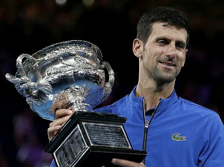 Djokovic mừng chức vô địch Australia Mở rộng 2020. Ảnh: AP.