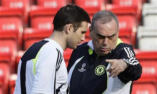 Grant (phải) được nhiều cầu thủ Chelsea yêu mến, dù chỉ ở Stamford Bridge 8 tháng. Ảnh: Reuters.