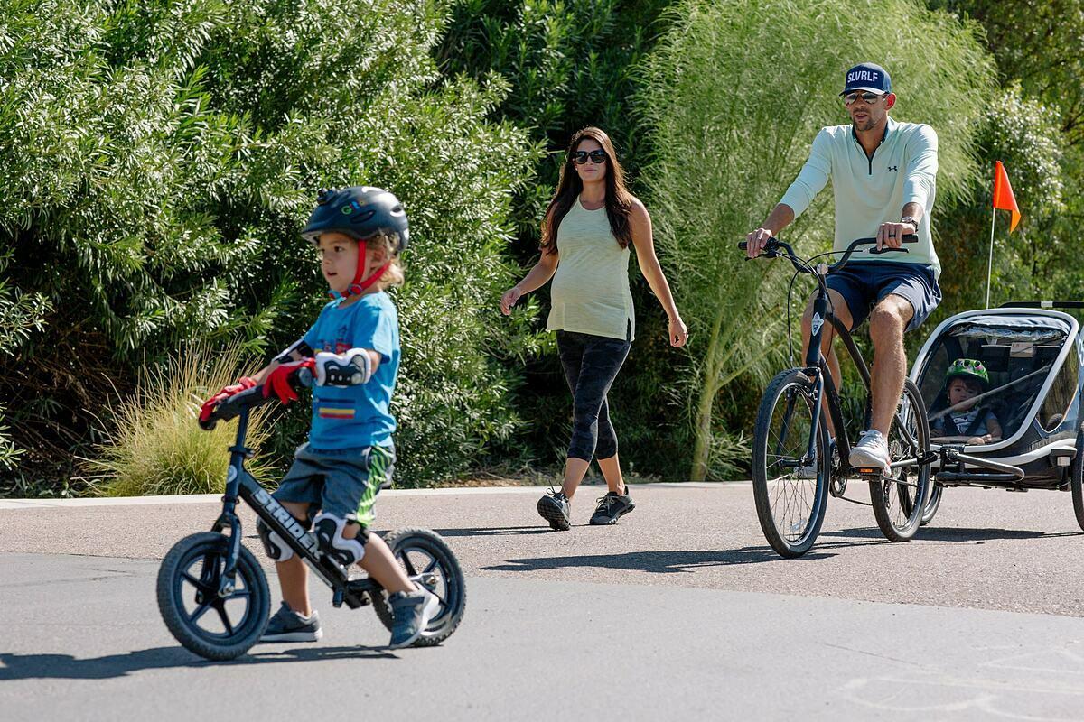 Vui chơi cùng vợ con, học cách chia sẻ công việc gia đình là bí quyết giúp Phelps vượt qua những vấn đề tâm lý. Ảnh: NY Times.